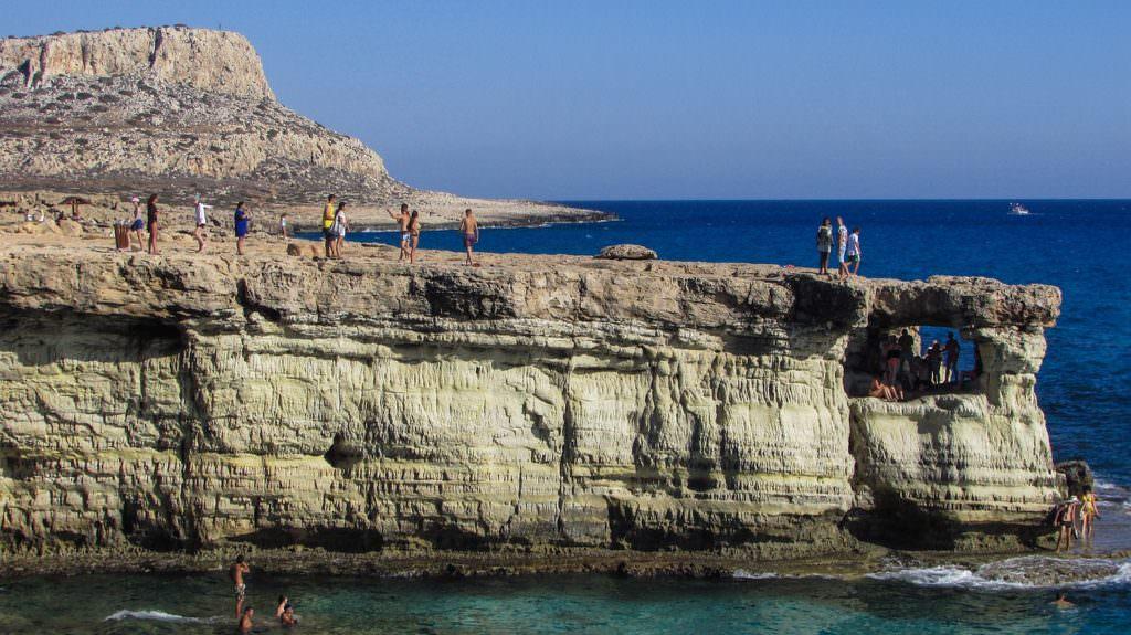 Zarówno miłośnicy plażowania, jak i sportów wodnych znajdą na malowniczym wybrzeżu Cypru coś dla siebie. Fot. za: pixabay.com/dimitrisvetsikas1969