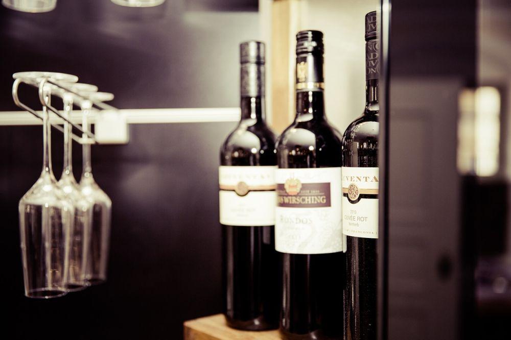 kieliszki i butelki wina w restauracji